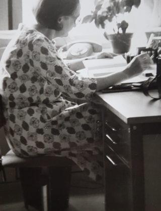 Janina Ludawska przy pracy. Przełom lat 70. I 80. XX wieku. Sztokholm.