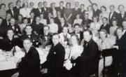 Uroczyste zakończenie studiów na wydziale chemii Stockholms Tekniska Institut, wiosna 1945 roku. Janina Ludawska siedzi pierwsza od lewej przy stole.