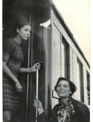 Ewa Harley z mamą na Dworcu Gdańskim, 1969 rok.