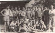Kolonie letnie Towarzystwa Społeczno-Kulturalnego Żydów w Polsce w 1962 roku. Jakub Gorfinkel stoi pierwszy z lewej.