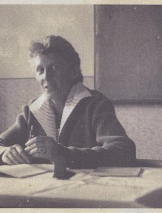 Ewelina Lipko-Lipczyńska przy biurku w szkole