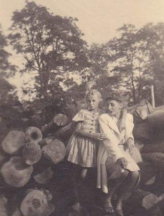 Ewelina Lipko-Lipczyńska z córką Wiktorią, 1946