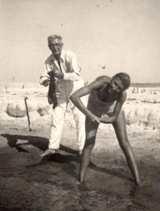 Ewelina Lipko-Lipczyńska i jej ojciec Jan Szymański, 1955