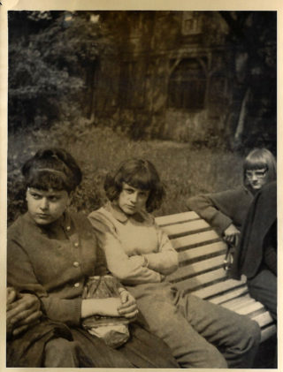 Barbara Brandys i Alicja Sarosiek na wycieczce szkolnej, czerwiec 1965 roku.