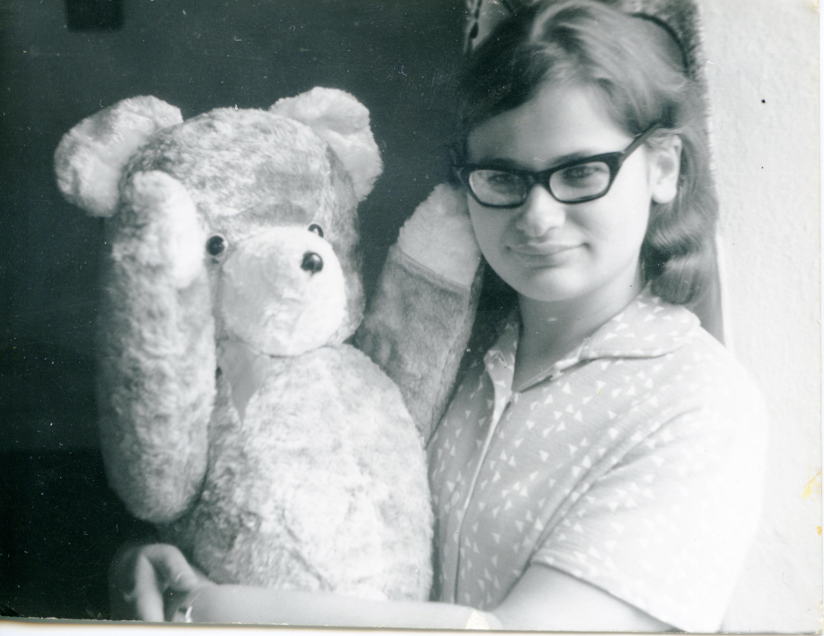 Katarzyna Warman z pluszowym misiem